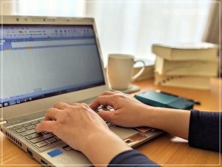 パソコンで作業をする人の画像