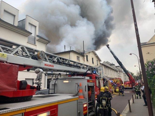 Ogromny pożar w Wersalu, płoną budynki w pobliżu dawnej rezydencji królów Francji