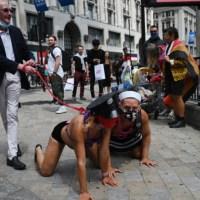 Obrzydliwe obrazki z Londynu. Podstarzali działacze LGBT prowadzą na smyczy młodych gejów. To nie jest ideologia? {Autor Gabi}