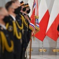 """Sejm zmieni się w prawdziwą twierdzę. """"Amunicja, hełmy i kamizelki kuloodporne"""" {Autor Gabi}"""
