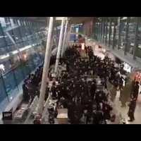 Tłum żydów tańczy na lotnisku Chopina. Gdzie jest epidemia?