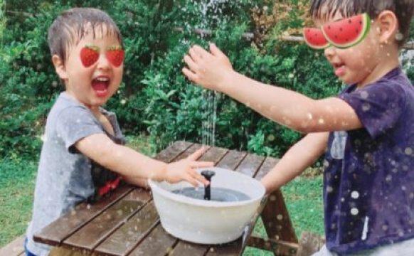 水遊び。循環式の噴水のおもちゃ