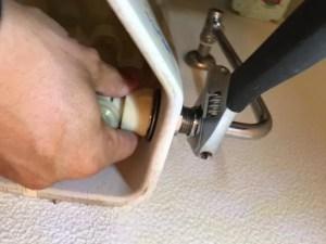 ボールタップの固定ナットを外し、ボールタップ本体を外します