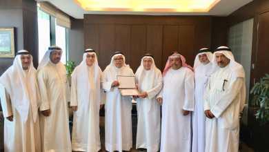 Photo of البغلي يتسلم شهادة الرئاسة الفخرية للجنة التنظيمية لرواد ومرشدات الكشافة الخليجية