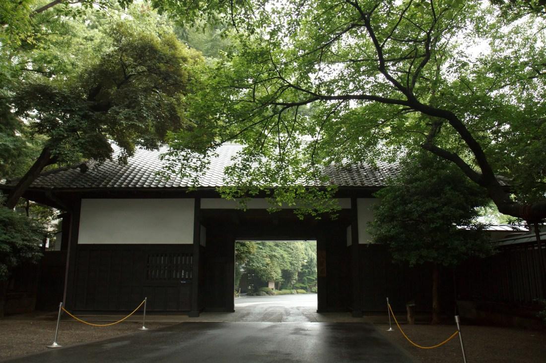 八芳園の門