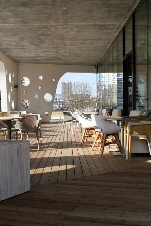 Blick auf die Terrasse einer Der Mann-Filiale im Sonnwendviertel