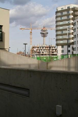 Blick auf den Postturm von einer Baustelle im Sonnwendviertel