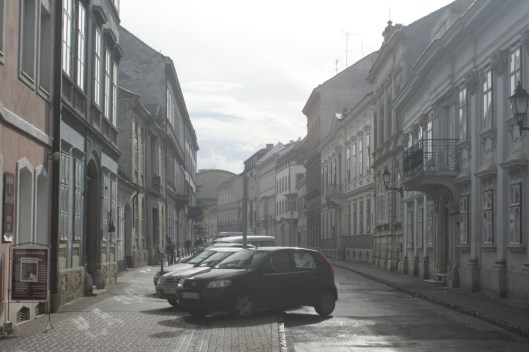 ungarn_sopron_parkende_autos_in_altstadt