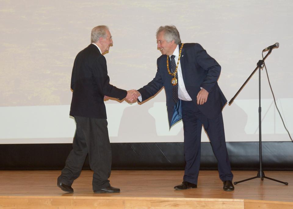 David Hopkins (Milton Keynes Mayor) shakes hands with Roy Maycock (President)