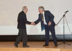 David Hopkins (Milton Keynes Mayor) shakes hands with Roy Maycock (President)