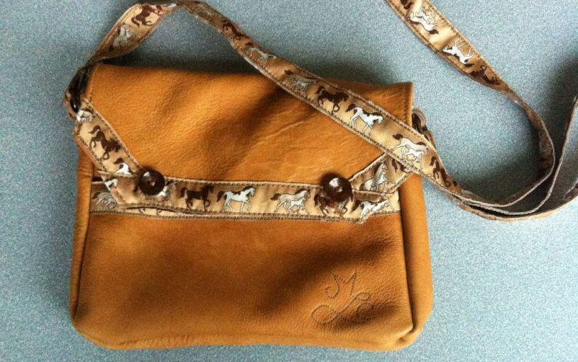 Un petit sac marron en cuir