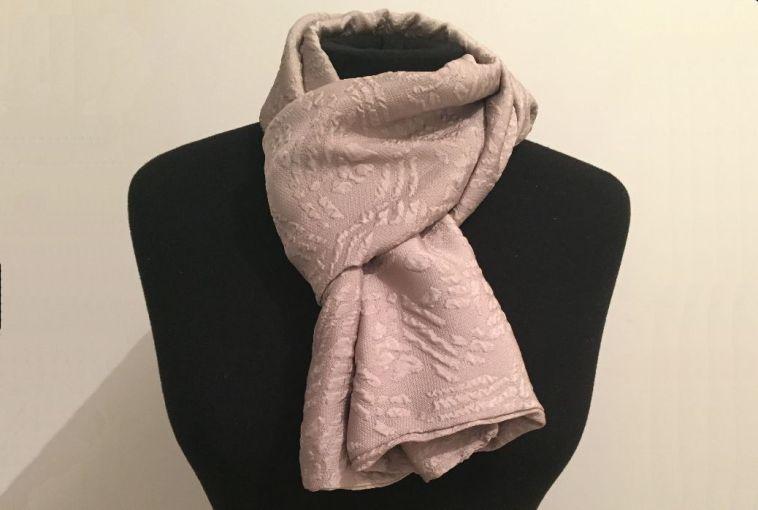 Un foulard qui a changé de destinataire.