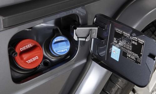 Česta slika kod modernih automobila. Plavi čep je za AdBlue