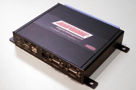 Nema potrebe za traženjem odgovarajućeg čipa - s ovim plug-and-play ECU-om naprosto se zamenjuje fabrički, a moguće ga je u potpunosti konfigurisati (Adaptronic)