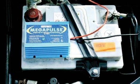 Megapulser (revitalizator akumulatora): plava kutija služi kako bi sprečilo stvaranje kristala na olovnim pločama, što direktno utiče na duži radni vek akumulatora