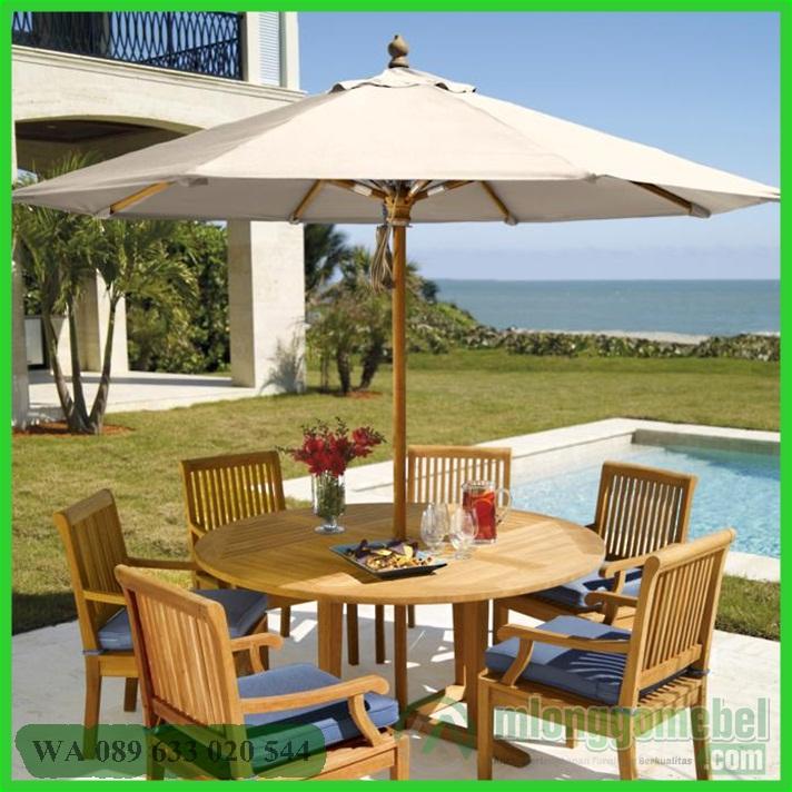 meja payung pantai samping kolam renang