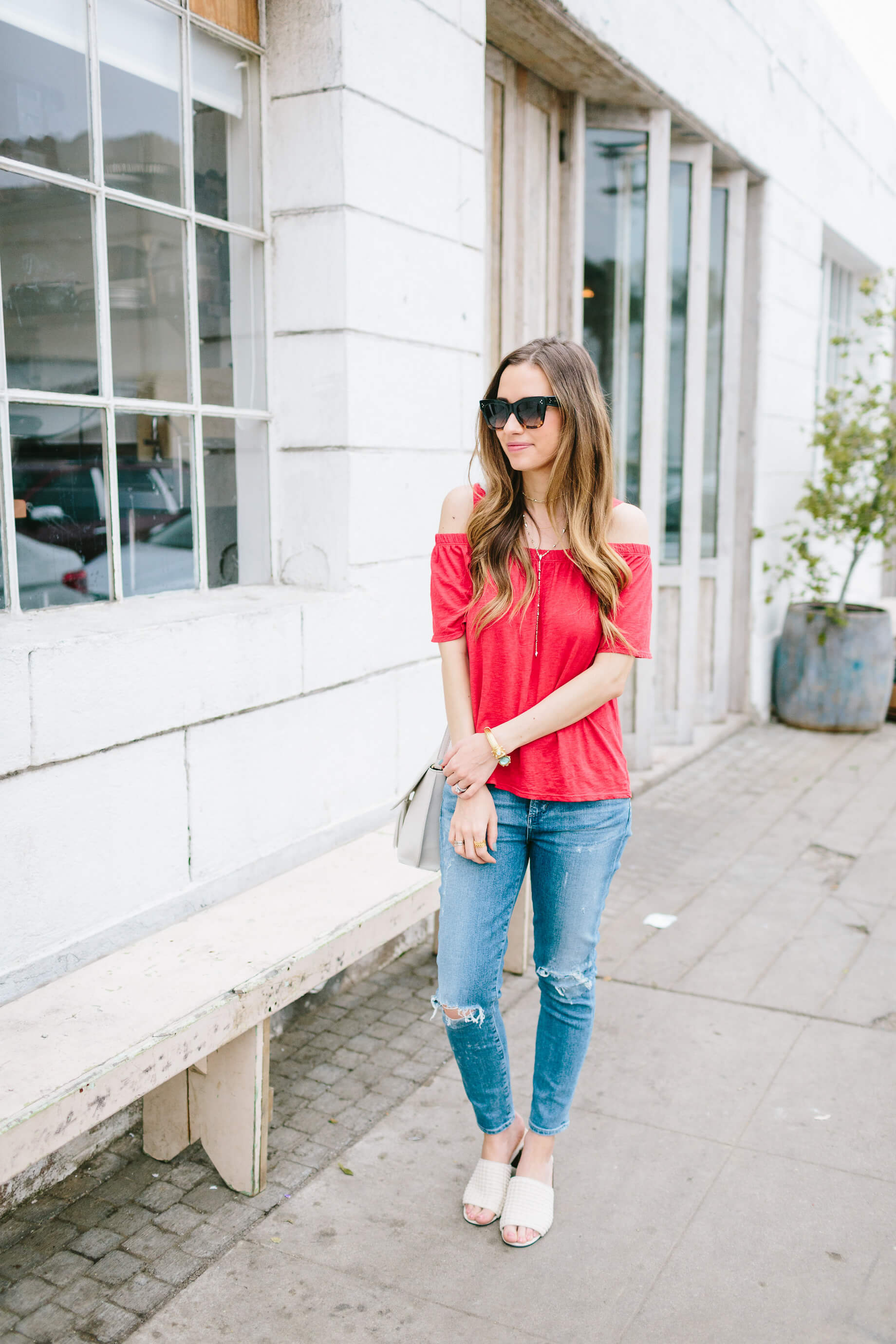 a cute jeans and t-shirt outfit for spring