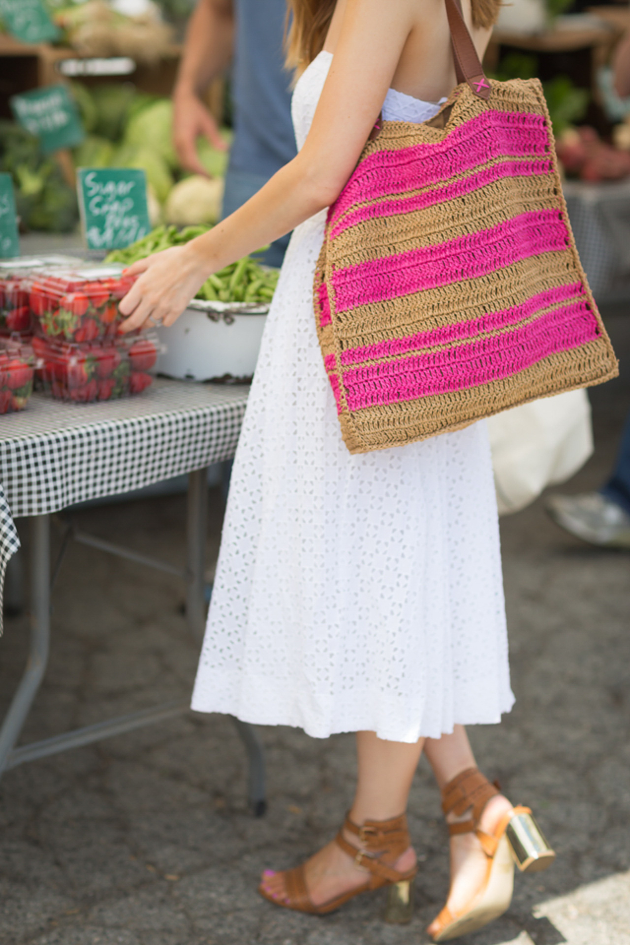 This pink and straw tote bag is so summer! | M Loves M @marmar