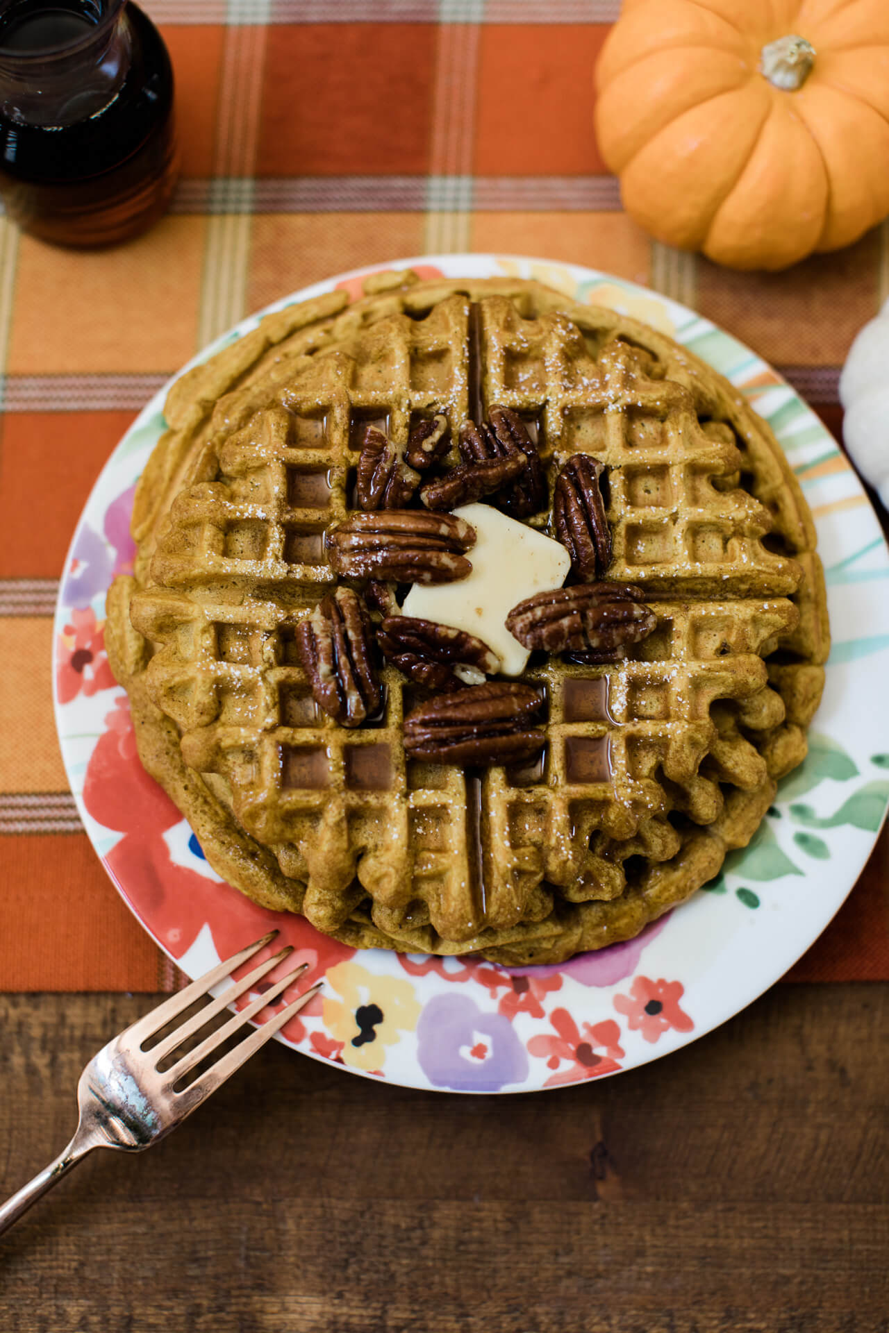 These pumpkin spiced waffles with candied pecans are perfect for a fall brunch! | M Loves M @marmar