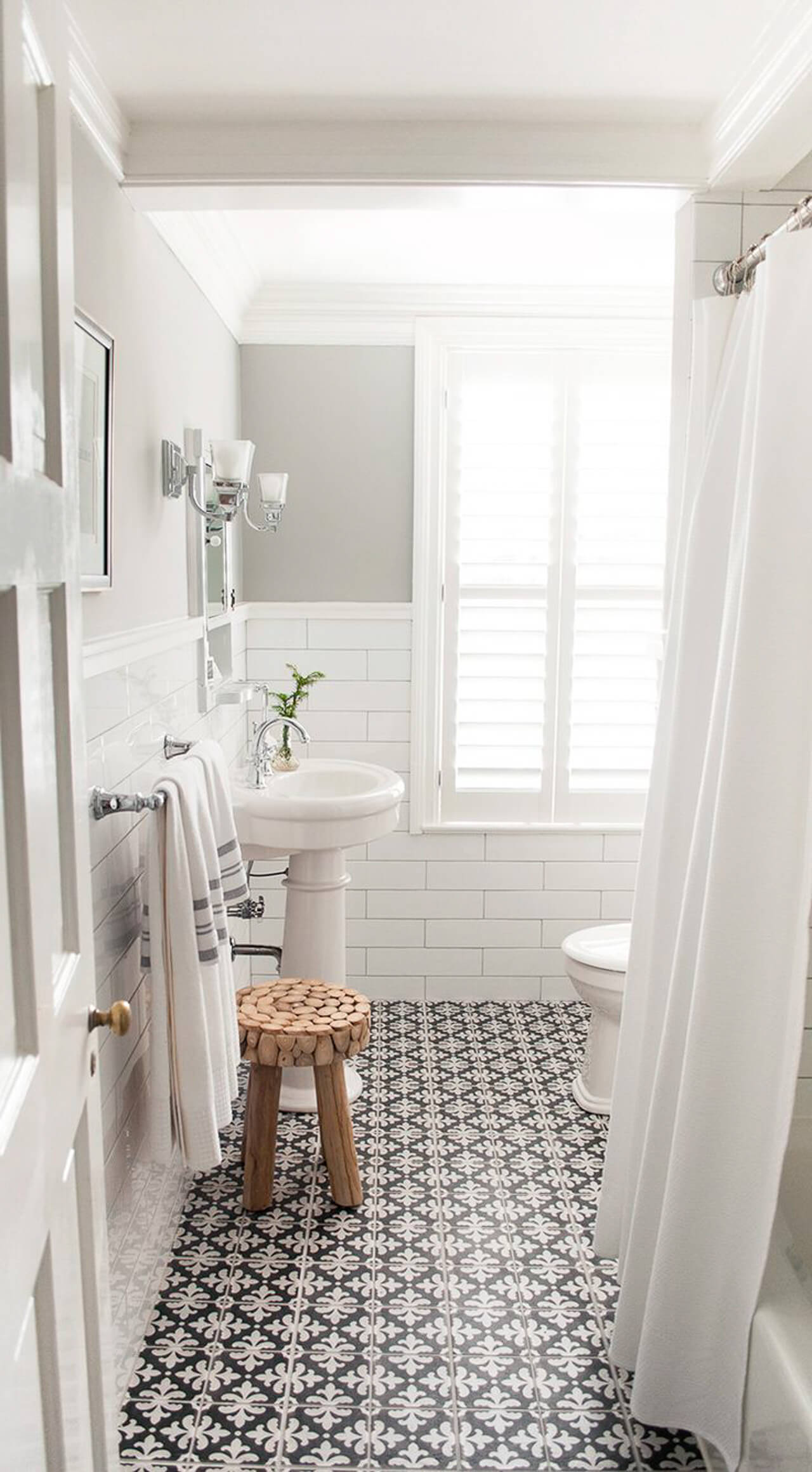 Such a simple and clean white and black bathroom design. - M Loves M @marmar