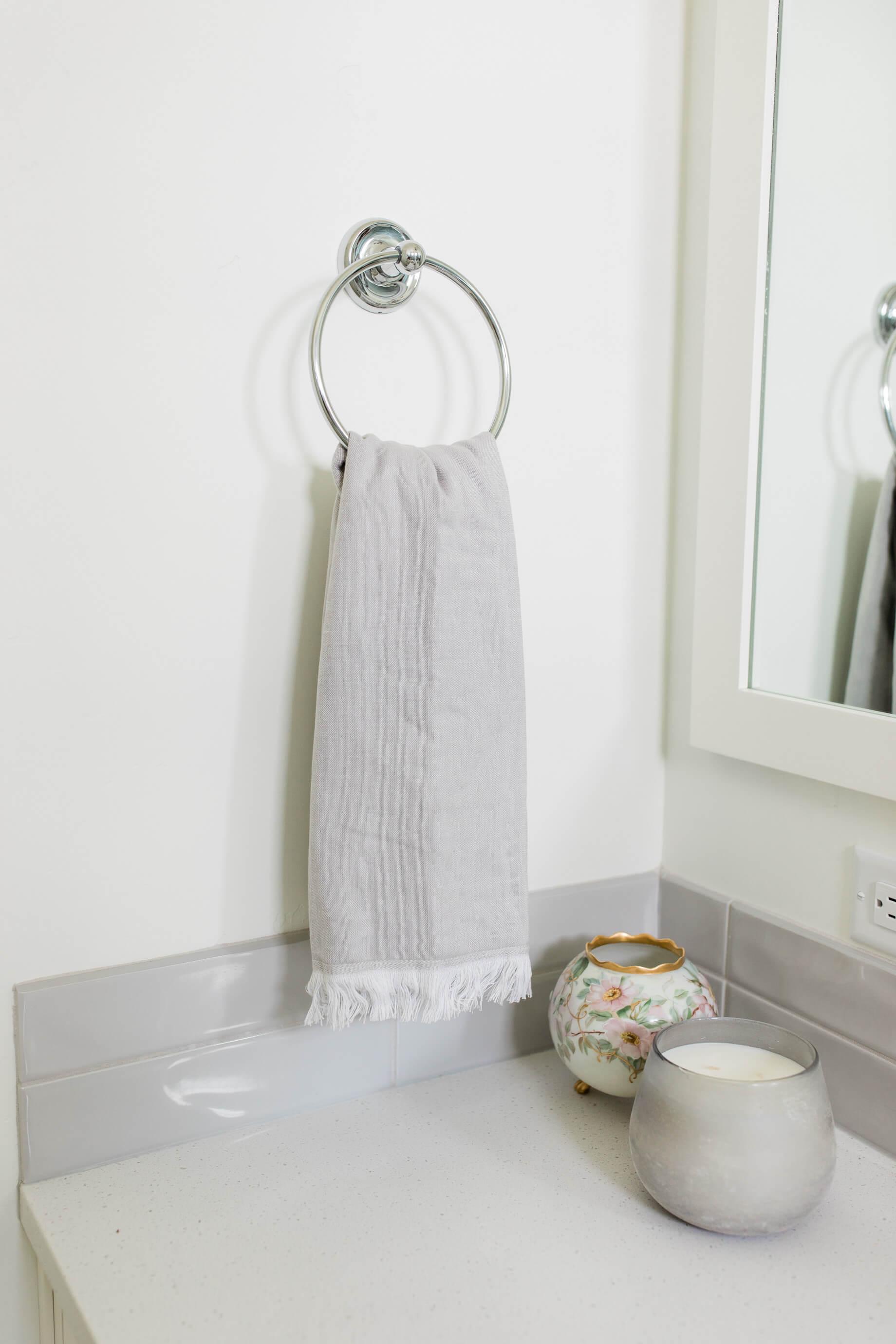 gray bathroom decor - M Loves M @marmar