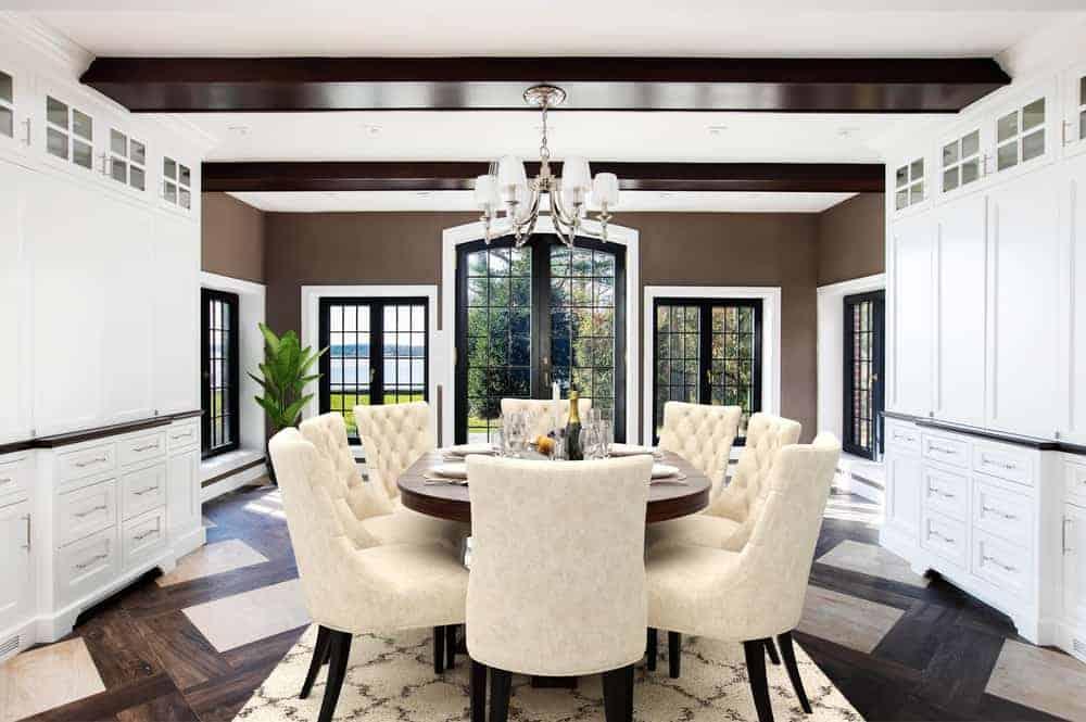La salle à manger informelle et le coin petit-déjeuner surmontée d'un petit lustre et entourée de grandes fenêtres qui apportent la lumière naturelle. ©Toptenrealestatedeals.com