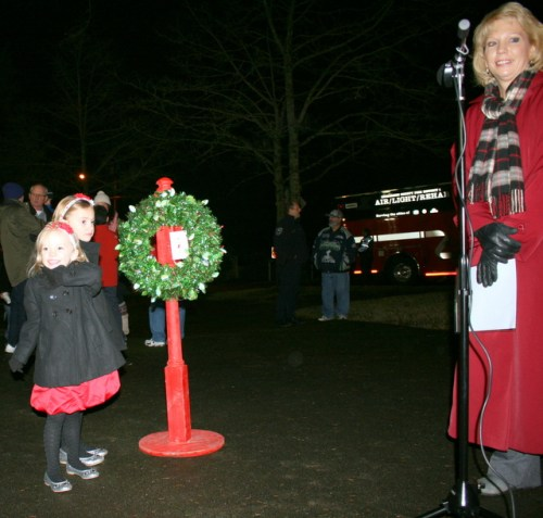 Blakley and Avery Burns prepare to turn on the switch to turn the lights on the Holiday Tree. Mountlake Terrace City Manager Arlene Fisher prepares to do the countdown.
