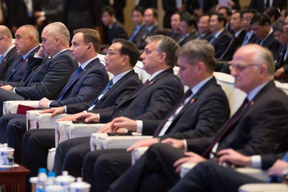 Andrzej Duda i Viktor Orban z lewej i prawej strony premiera Chin.