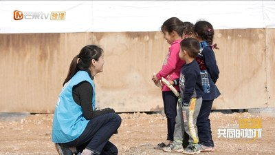 Zhao Yating from UNHCR communicates with refugee children in Jordan.