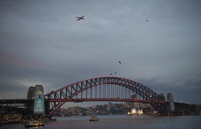 為紀念澳航百年誕辰,悉尼舉辦了一場盛大的慶典,點亮悉尼海港大橋作為生日蛋糕,一架澳航787飛機在低空飛越吹滅「蠟燭」。此次活動由新南威爾士州旅遊局實行,是澳航80多年的故鄉悉尼對澳航的致敬。