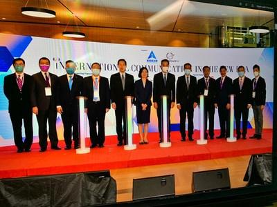 (左起)何建宗博士,洪為民教授,陳曉峰律師,譚耀宗先生,陳智思先生,盧新寧女士,梁振英先生,陳茂波先生,楊義瑞先生,胡曉明博士,黃英豪博士,何緯豐博士