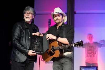 St. Jude Children's Research Hospital® honored GRAMMY Award-winning country music superstar Brad Paisley with the prestigious Randy Owen Angels Among Us Award. ALABAMA front man and co-founder of Country Cares for St. Jude Kids®, Randy Owen, presented the award to Paisley. Saturday, Jan. 13, at the annual Country Cares for St. Jude Kids songwriter's dinner at The Peabody Memphis.
