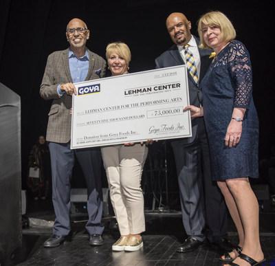 Rafael Toro, director de relaciones públicas de Goya Foods, entrega al Lehman Center for the Performing Arts un cheque con valor de $75,000 a beneficio del evento Latino Concert Series en el Bronx.