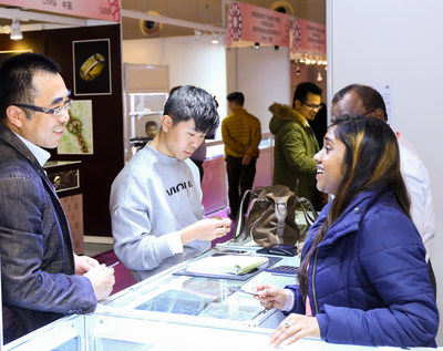 Business discussion at Shanghai Jewellery Fair 2017