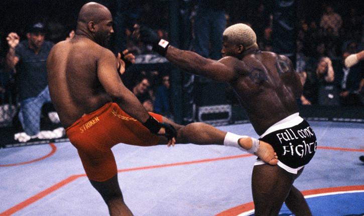 Maurice Smith landing a kick on Kevin Randleman.