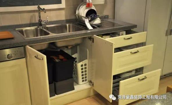 kitchen corner sinks linen 水槽下橱柜不知该放啥 8年专业设计师教你如何让厨房空间大一倍 菏泽豪 在房价分分钟长得比工资高的年代 家里的每一寸空间都是寸金寸金 很多小伙伴都纷纷开发脑洞把家里的角落开发成储物空间 今天要说的厨房下水槽的橱柜的开发利用