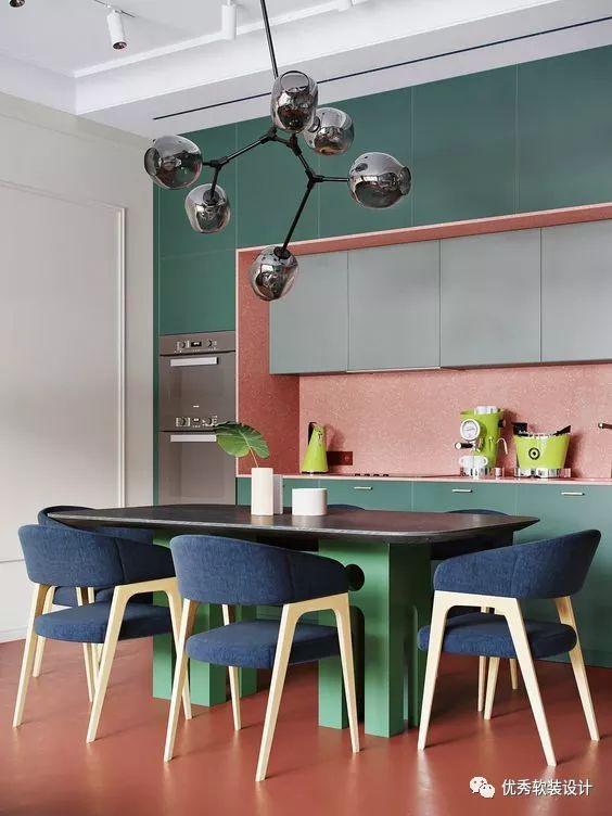 navy blue kitchen decor 5 piece table set 秀色可餐 25例厨房装饰撞色设计参考 优秀软装设计 微信公众号文章阅读 深绿色的橱柜加上粉红色的后挡板营造出大胆的色块 绿色的餐桌和海军蓝色的餐椅增添了更多的色彩