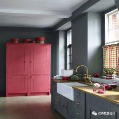 Navy Blue Kitchen Decor Breakfast Bars 秀色可餐 25例厨房装饰撞色设计参考 优秀软装设计 微信公众号文章阅读 深灰色的厨房配有大型粉红色橱柜的色块效果 是一个大胆而时尚的设计