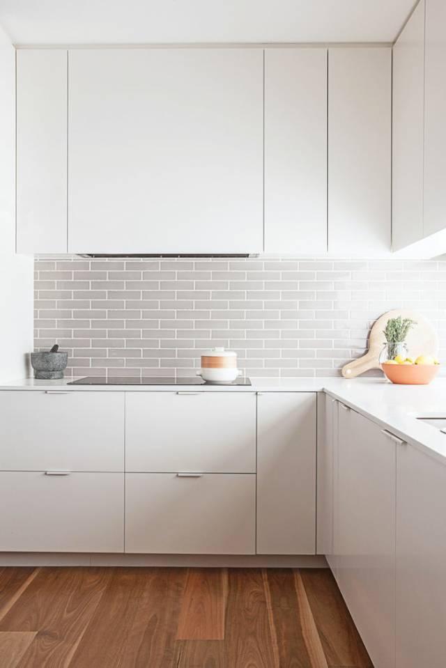 kitchen backspash small set 一个漂亮橱柜 可以惊艳整个厨房 杭州手机搜狐焦点网 白色橱柜高贵纯洁 是任何人都无法抗拒的颜色 但是如果单用白色装点厨房会显得有些寡淡 喜欢性冷淡风的人可以忽略 无论是台面还是厨房操作台的后挡板 巧妙的用