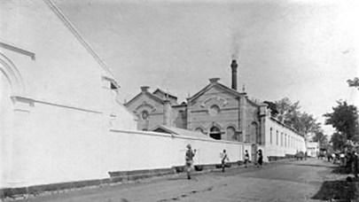 Pabrik kina sebagai obat Malaria pada era kolonial di Bandung (ca. 1920). FOTO/Tropenmuseum