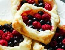 Ciasteczka z ciasta francuskiego z owocami