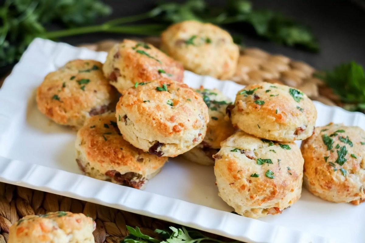 Wytrawne babeczki z kiełbasą i serem
