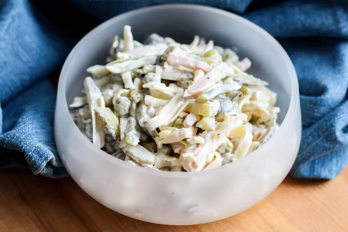 Sałatka z ogórkiem konserwowym, serem i szynką