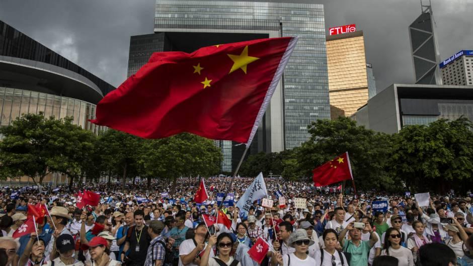 Resultado de imagen para Decenas de miles de personas marchan en Hong Kong en apoyo al gobierno y la policía