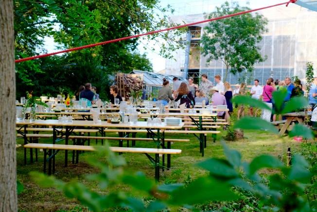 20 razy w roku w Det Økologiske Folkekøkken odbywaja sie otwarte kolacje otwarte dla publiczności. Za kilkudaniowe menu tzreba zapłacić jedynie 175 DKK< czyli ok. 90 zł