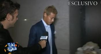 【サッカー】ACミランの日本代表MF本田圭佑、突然のインタビューに困惑 番組コールをお願いされ「グッバイ、ティキタカ」と棒読み