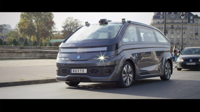 La nouvelle AUTONOM CAB du fabricant de véhicules autonomes français NAVYA traverse Paris.