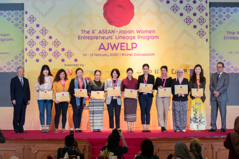 SG Fujita and Chief Executive Officer of DARe Mr. Javed Ahmad with the finalists of the 4th AJWELP (Photo: Business Wire)