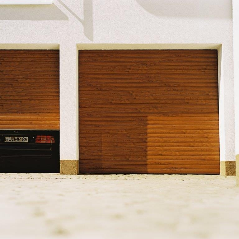 porte de garage enroulable marron