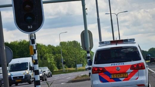 politieauto-bij-een-verkeerslicht